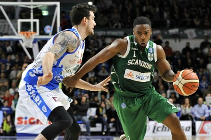 Joe Ragland stays with Scandone Avellino