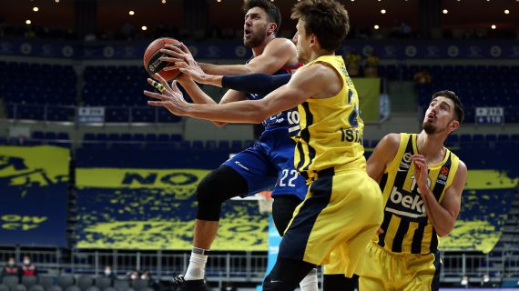 Anadolu Efes snaps Fenerbahce's 10-game EuroLeague winning streak in an emphatic way